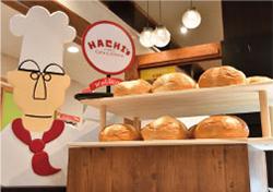 長町店の丸食パンを紹介する昭八さん